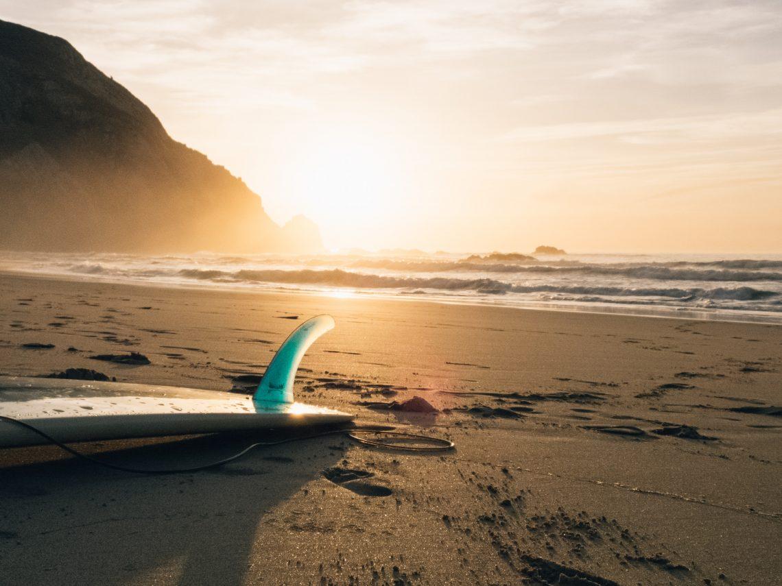 Plage et surf au coucher de soleil