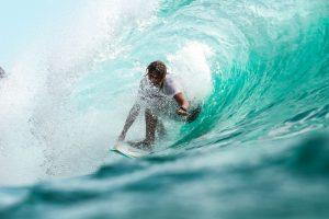 Surfer dans une vague
